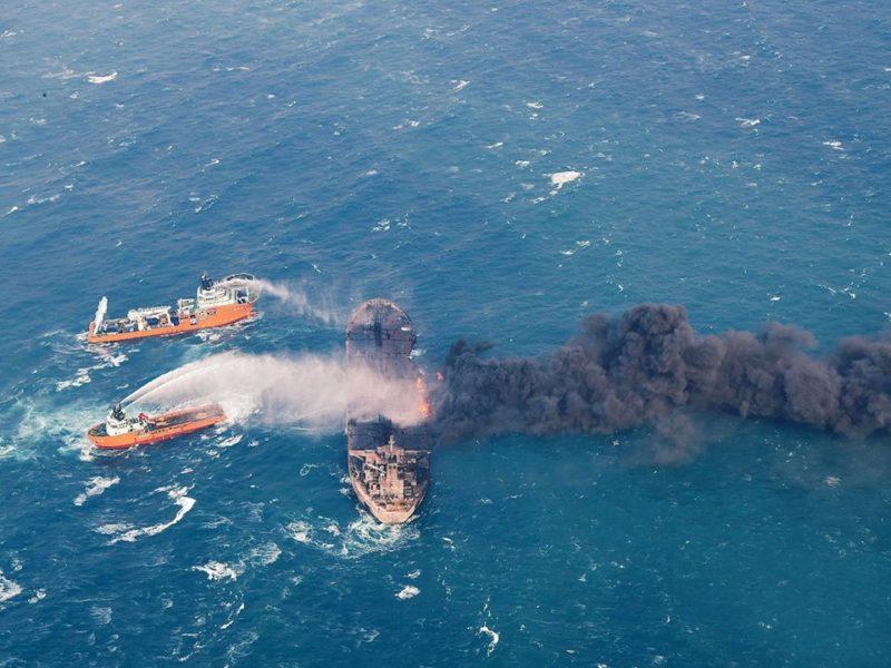 На всех фото запечатлена авария иранского танкера Sanchi
